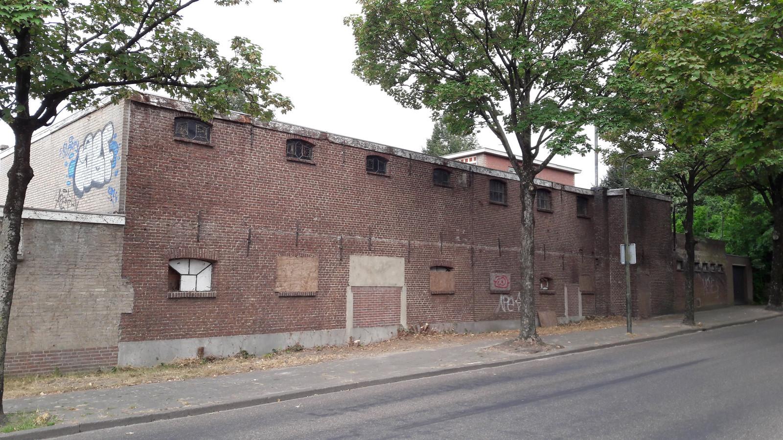De oude kartonnagefabriek langs de Baerdijk in Oisterwijk staat heel deze eeuw al te verpauperen.