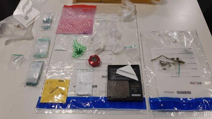 In de woning vonden de agenten verschillende soorten pillen en attributen