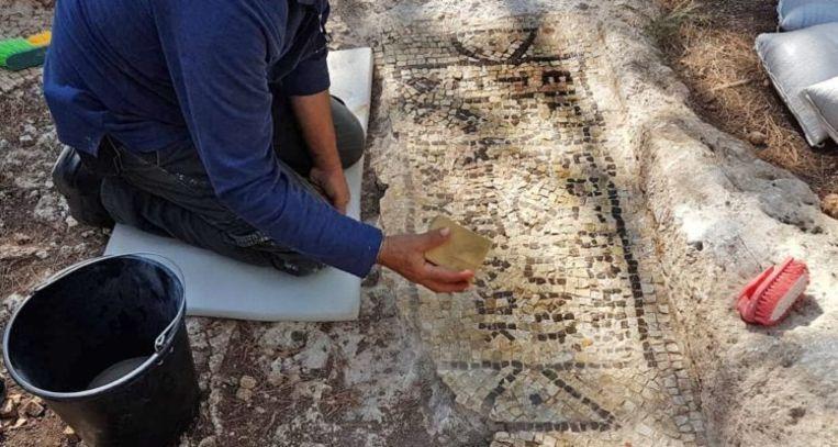 Een archeoloog aan het werk op het landgoed ten noordoosten van Tel Aviv.