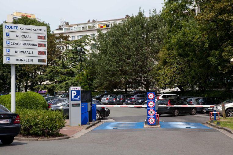 Wie herkent dit zomerse beeld niet? Terwijl de auto's aanschuiven richting zee, lopen alle parkings vol en blijven de files groeien.