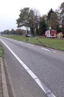 Auto over de kop bij Dalfsen na botsing tussen drie voertuigen