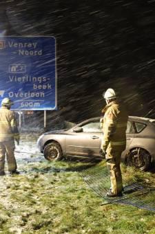 Auto van de weg, mogelijk door sneeuwval