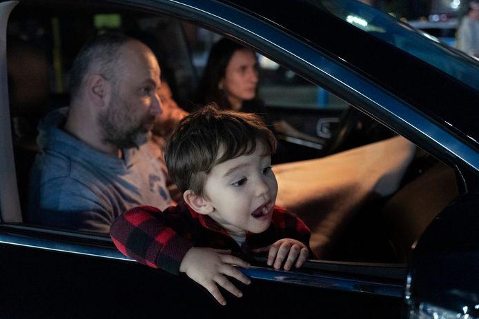 Lukas (2) kijkt de film Dirty Dancing met zijn vader in een drive-in bioscoop in New York.