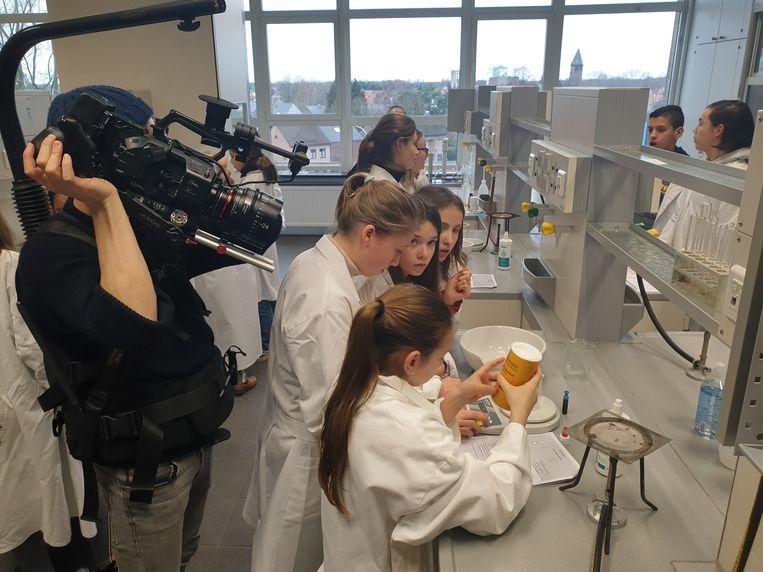 Filmmaker Lukas Bols filmt leerlingen in het chemielokaal
