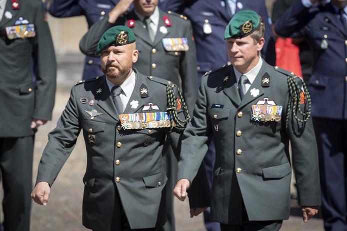 De onderscheiden militairen Marco Kroon (links) en Gijs Tuinman van de Militaire Willems-Orde tijdens de medailleceremonie op het Binnenhof met Veteranendag.