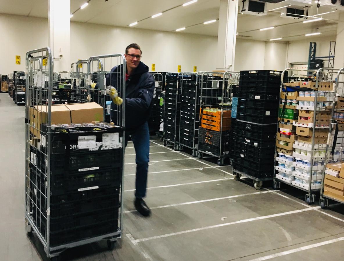Jarno laadt in het holst van de nacht in een koelcel waar het twee graden is, de koelverse producten in waarmee hij elke dag langs andere supermarkten rijdt.
