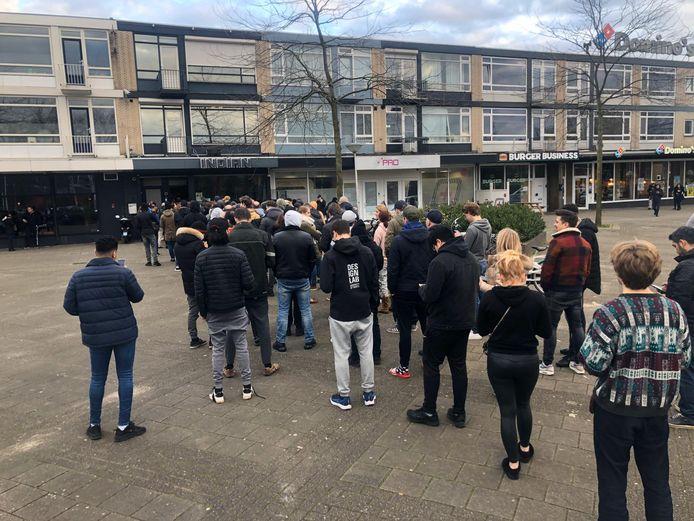 Er zijn gigantische rijen ontstaan voor Brabantse coffeeshops, mensen proberen snel nog voorraad in te slaan voor sluiting. Coffeeshop Indian in Eindhoven.