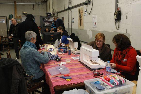 Vrijwilligers herstellen spullen in het Repair Café.