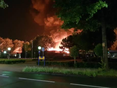 Grote brand uitgebroken bij techniekopleider in Ede: sluit ramen en deuren
