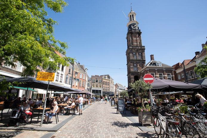 Terrassen in coronatijd op de Groenmarkt in Zutphen. Terrasliefhebbers kunnen nu ook gaan opmaken voor drankjes op het terras in de herfst of de winter.