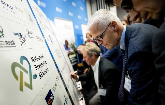 Het Nationaal Preventieakkoord, het plan dat Nederland gezonder moet maken, wordt ondertekend door alle deelnemende partijen.