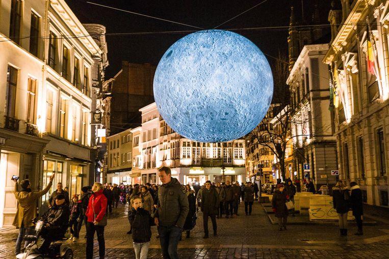 De reusachtige replica van de maan is één van de publieksfavorieten op het festival.