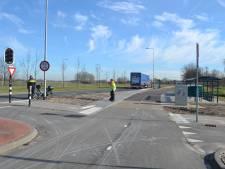 Bromfietser gewond door botsing met vrachtwagen in Beek