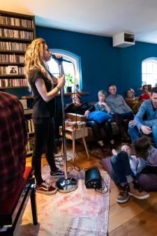 Betoverd worden in een huiskamer tijdens Muziek bij de buren in Uden