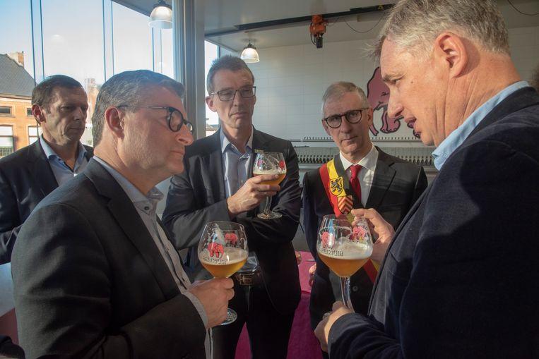 CEO Alain De Laet in gesprek met minister Koen Van den Heuvel bij een frisse Delirium in de brouwerij Huyghe in Melle.
