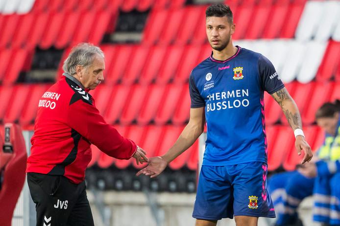 GA Eagles speler Robin Buwalda (r ) wordt al snel gewisseld door trainer Jan van Staa (l)