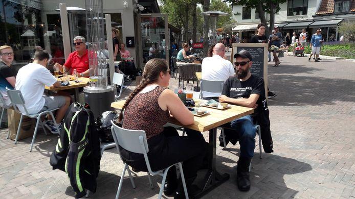 Motorrijders Wouter en Wendy uit Hansweert genieten van de lunch bij El Fuego in Domburg.