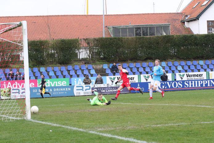 Steve Schalkwijk zet Goes op 3-0.