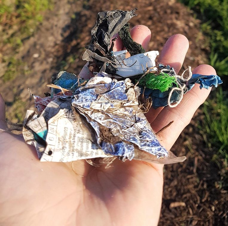 De compostsnippers van de voetweg zijn verontreinigd, vooral met stukjes plastic.