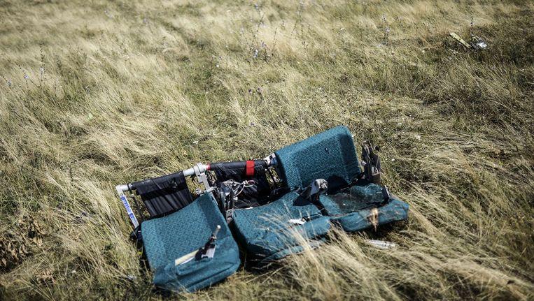 Vliegtuigstoelen in het veld waar MH17 neerstortte. Beeld AFP