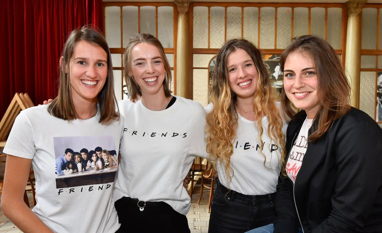 The One With The Winning Team. Op foto: Emmanuelle Gernay, Josefien Monserez, Jana Huyghe en Eva Nowe.