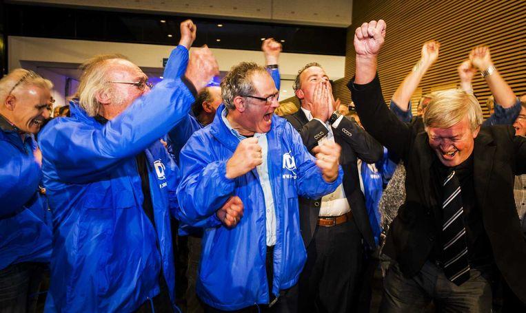 VDG-leden juichen in het gemeentehuis van Oss tijdens de einduitslag van de gemeenteraadsverkiezingen. Beeld anp