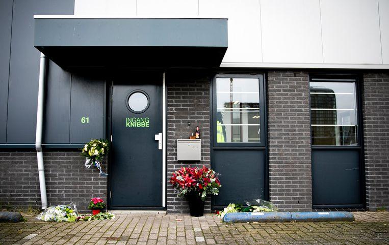 Bloemen bij het bedrijf van Reduan B., de doodgeschoten broer van de Utrechtse kroongetuige Nabil B. Beeld ANP