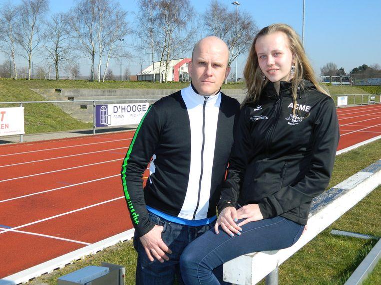 Papa Mario Van Petegem met zijn dochter Alani (14) op de atletiekpiste van AC Meetjesland in Maldegem, waar Alani regelmatig traint.