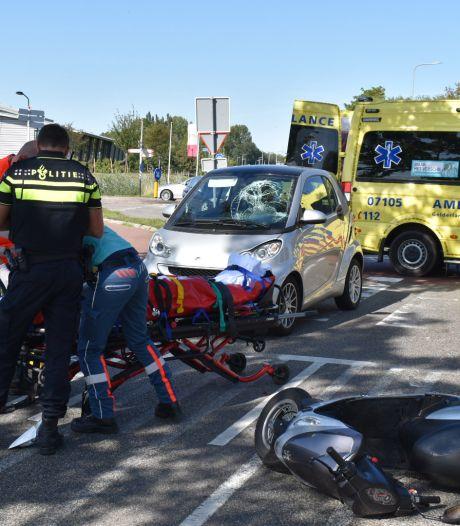 Scooterrijder gewond door botsing met auto op rotonde in Haalderen