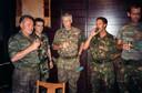 Generaal Ratko Mladic en Dutchbat-commandant Thom Karremans na de val van Srebrenica.