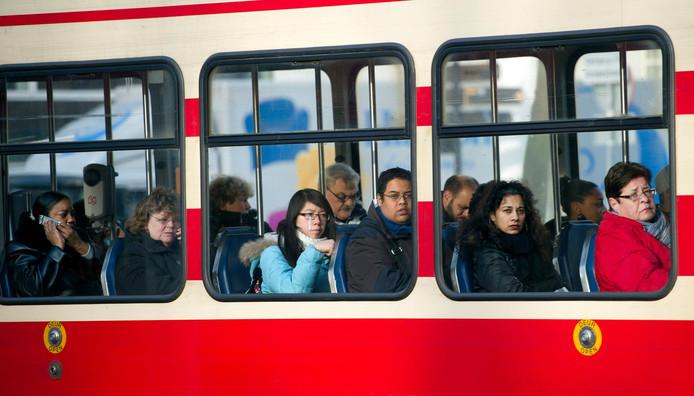 Mensen in een tram van HTM.
