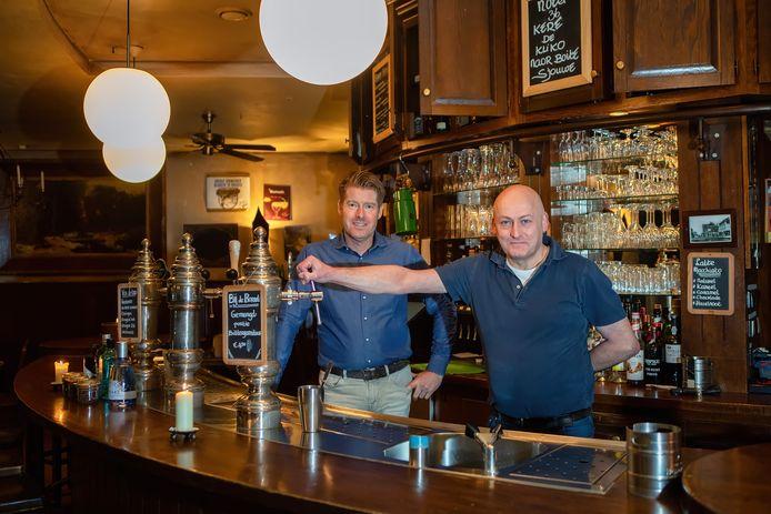 Johan van Beek (links) is de nieuwe eigenaar van De Witte Leeuw in Raamsdonksveer. Peter Lambregts (rechts) is de huidige eigenaar van de zaak.