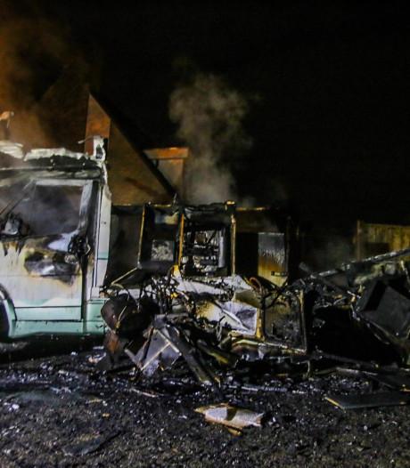 Camper brandt volledig uit in Nierslaan in Helmond