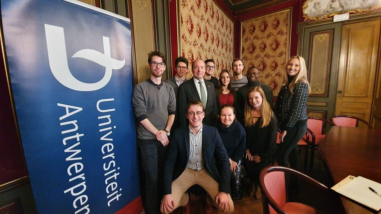 De Amerikaanse ambassadeur Ronald J. Gidwitz (met das) samen met de studenten