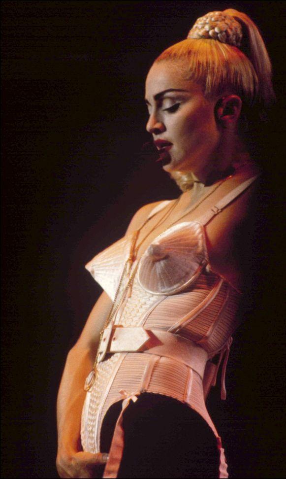 Madonna in 1990 met de iconische puntbeha aan.