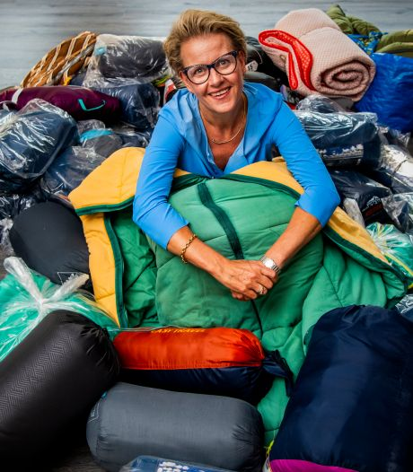 Het moederhart van Veronique (52) brak, dus zamelt ze honderden slaapzakken in voor vluchtelingen