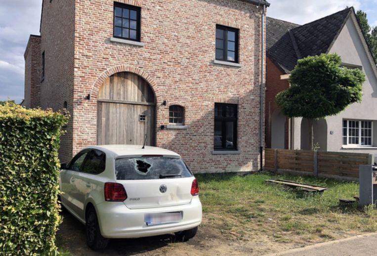 Archieffoto: de moordpoging speelde zich af aan deze woning, getuige het kogelgat in de achterruit van de wagen.