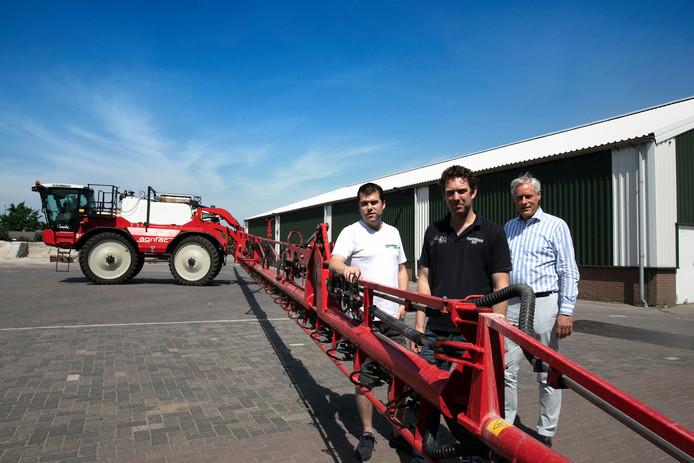 Frans Ploegmakers en Peter de Witte van Innovatiehuis De Peel over een nieuwe gezamenlijke wasplaats voor landbouwmachines die met gif hebben gespoten. De wasplaats werd ondersteund met geld van het Innovatiehuis.