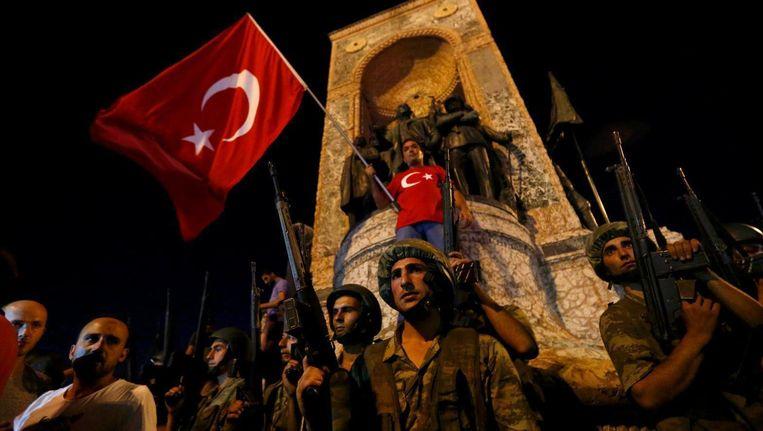 Turkse soldaten staan vrijdagavond op het Taksimplein. Beeld afp