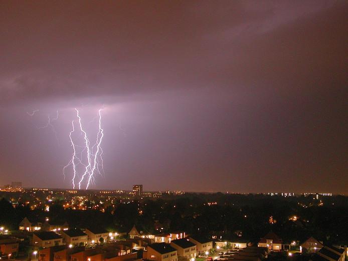 Noodweer en bliksem boven de stad.