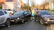 Bejaarde bestuurder wordt onwel achter het stuur en ramt vier auto's in Prinsenlaan