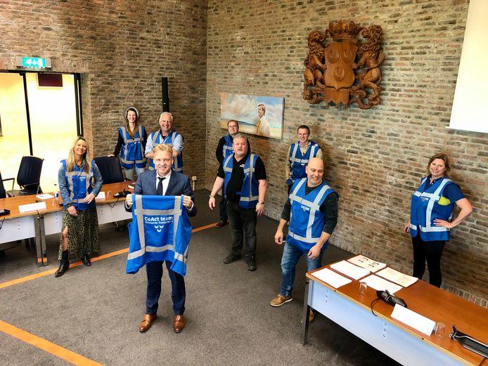 Burgemeester Mark Buijs met de medewerkers van de CoArt Teams.