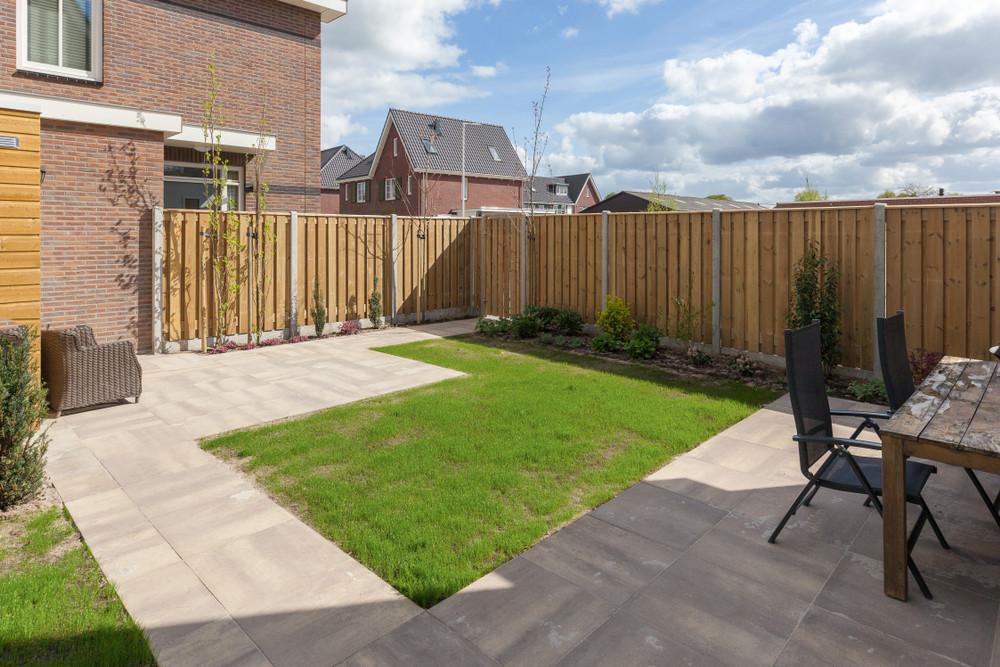 Tuinen bestaan soms voor meer dan twee derde uit tegels. Dat is slecht voor de natuur en kan wateroverlast veroorzaken.