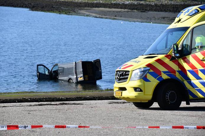Het voertuig is om nog onbekende reden in het water beland.