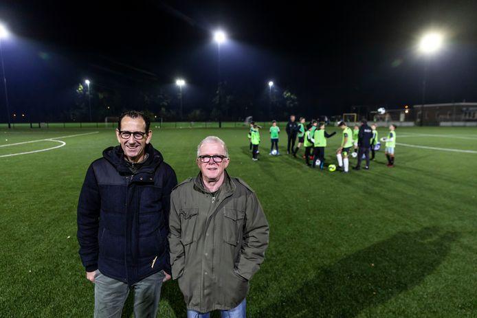 Piet van Meel (links) en Rinus van Houts hebben een jubileumboek geschreven over voetbalclub SSE.