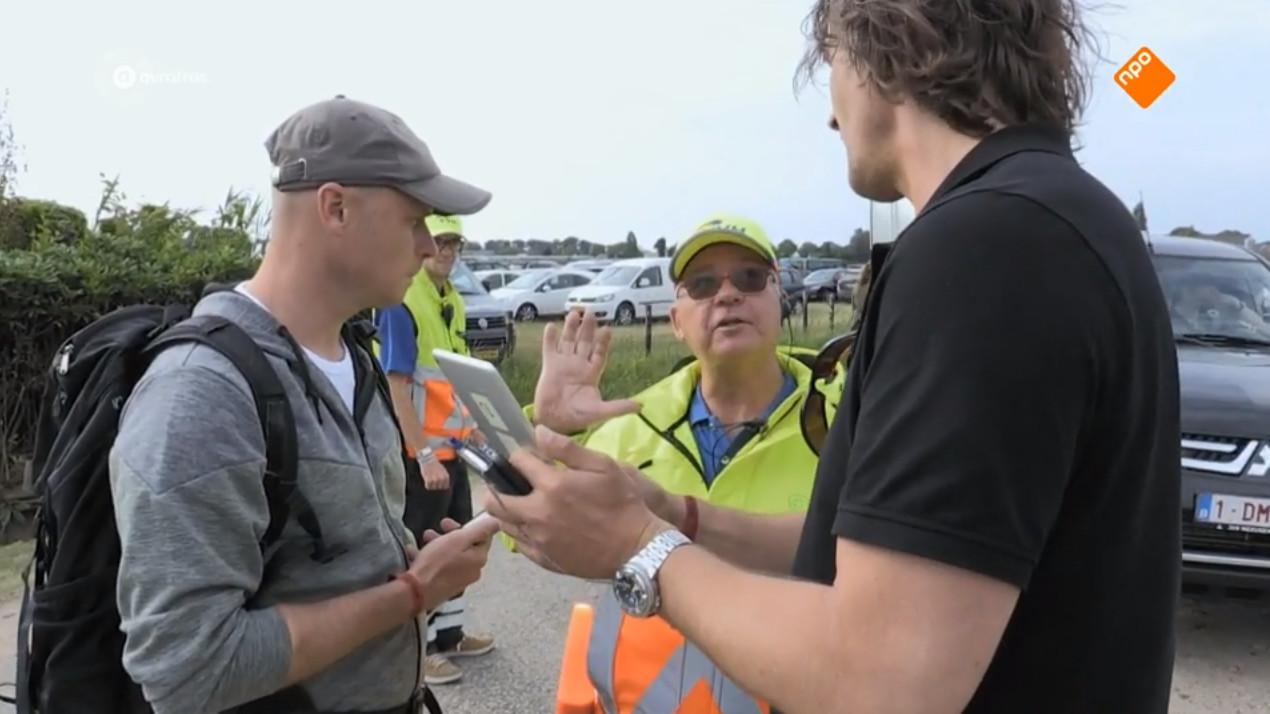 Zelfs de parkeerwachter ontkomt niet aan de kritische vragen van de hunters. Waar zijn de kandidaten heen gevlucht?