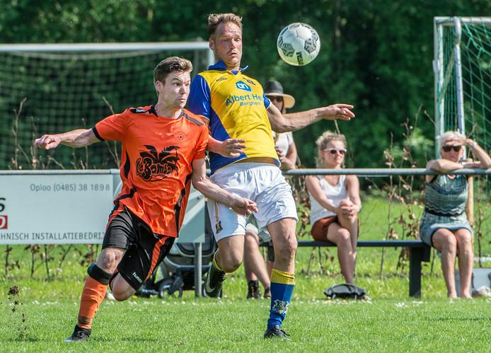 Daan Verberk (links) duelleert namens Excellent tegen Berghem Sport.