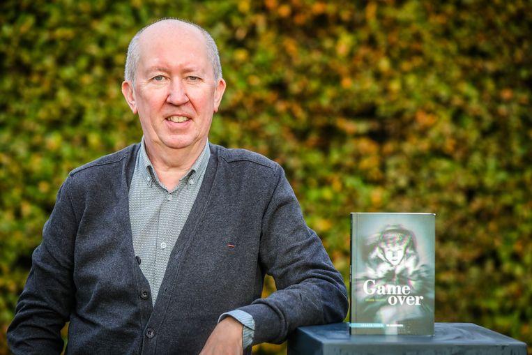 Frank Geleyn met zijn jeugdboek 'Game over'.