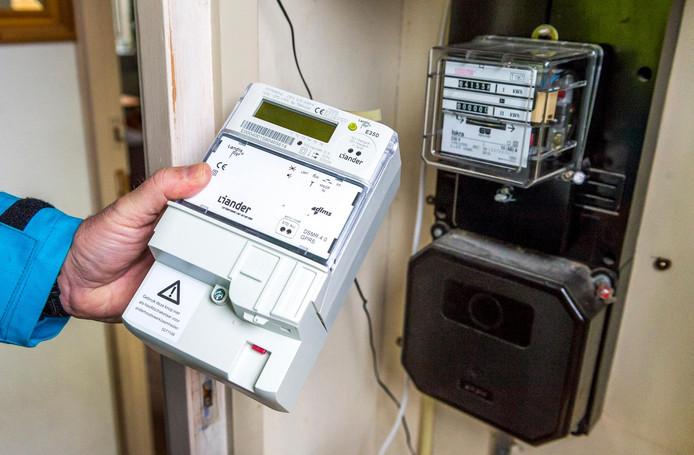 Een monteur installeert een slimme elektriciteitsmeter. Foto ter illustratie.