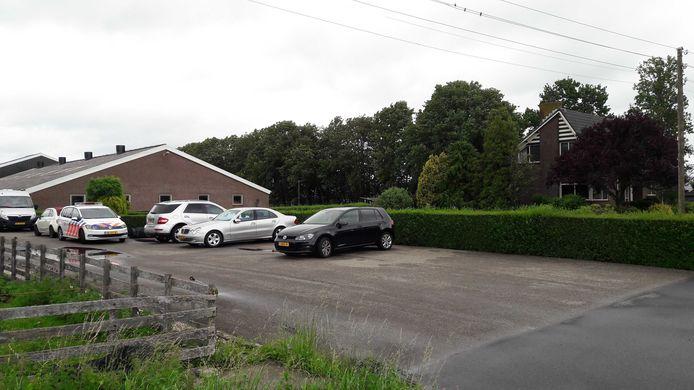 De politie kwam vanochtend rond 07.00 uur ter plaatse in een woning aan de Schoonouwenseweg in Stolwijk en doet onderzoek naar de toedracht.